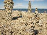Gotland, sochy z kamenů na pláži