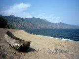 Kanoe na pláži u jezera Malawi