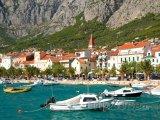 Makarska, čluny u pláže