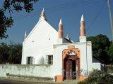 Mešita vedle kostela ve městě Inhambane