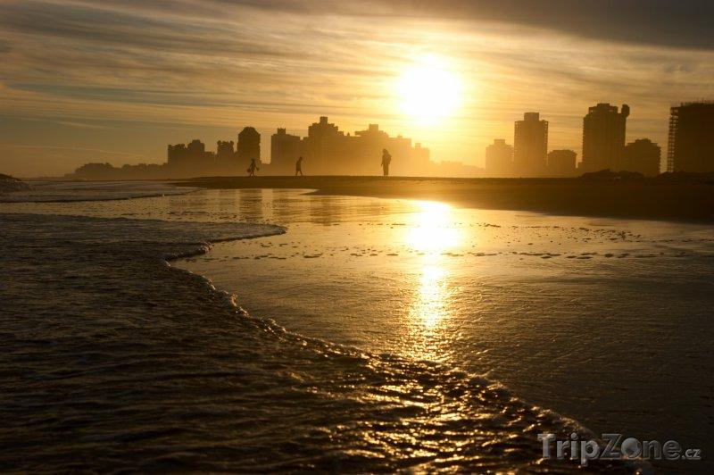 Fotka, Foto Město Punta del Este v západu slunce (Uruguay)