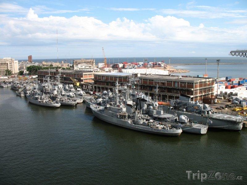 Fotka, Foto Montevideo, vojenské lodě v přístavu (Uruguay)