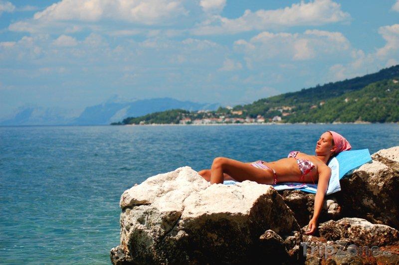 Fotka, Foto Opalující se dívka na útesu (Makarská riviéra, Chorvatsko)