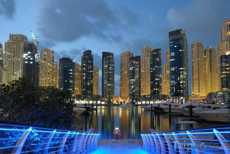 Fotka, Foto Osvětlený přístav v Dubaji (Spojené arabské emiráty)