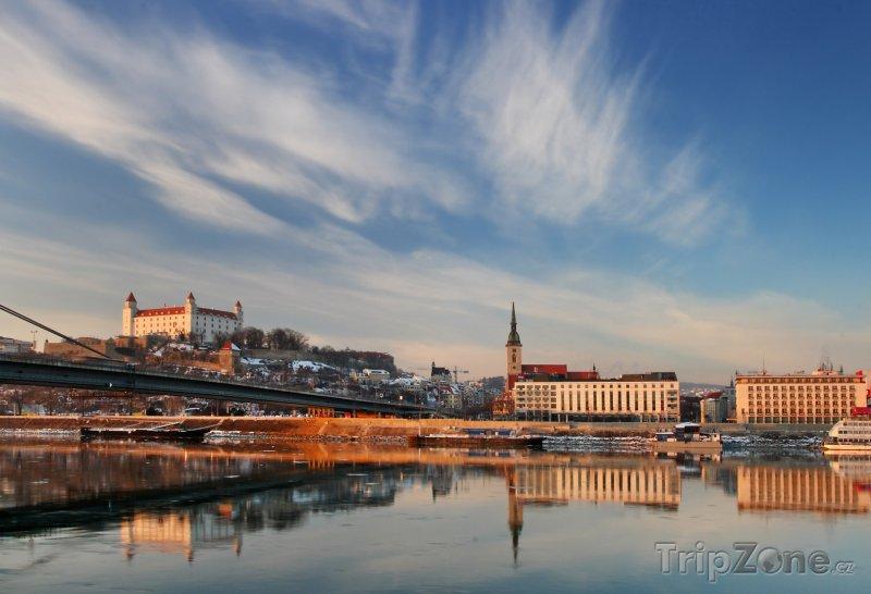 Fotka, Foto Pohled na Bratislavský hrad ze břehu Dunaje (Slovensko)