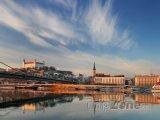 Pohled na Bratislavský hrad ze břehu Dunaje