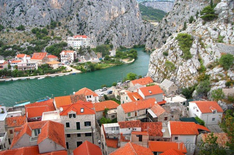Fotka, Foto Řeka Cetina ve městě Omiš (Makarská riviéra, Chorvatsko)