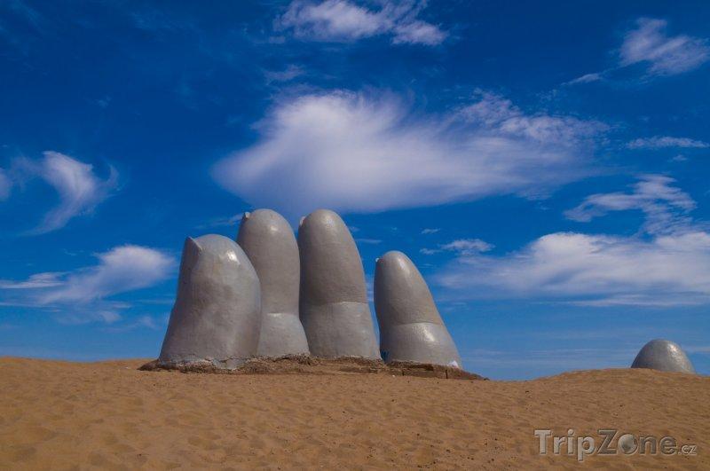 Fotka, Foto Slavná socha ruky na pláži ve městě Punta del Este (Uruguay)