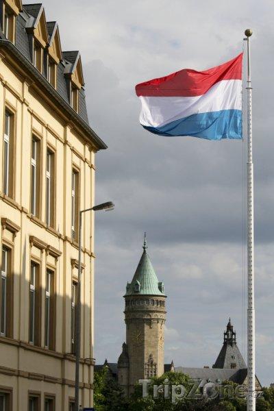 Fotka, Foto Státní vlajka u slavné banky (Lucemburk, Lucembursko)