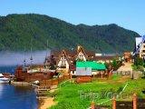 Vesnička Listvyanka na břehu Bajkalu