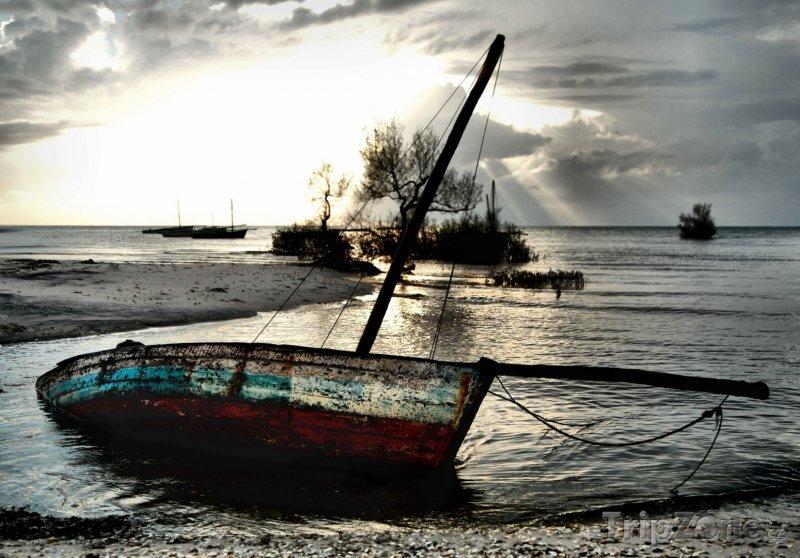 Fotka, Foto Vrak lodi na pobřeží u města Vilankulo (Mosambik)