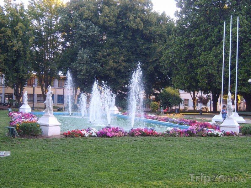 Fotka, Foto Angol, fontána na náměstí