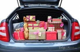 Auto plné vánočních dárků