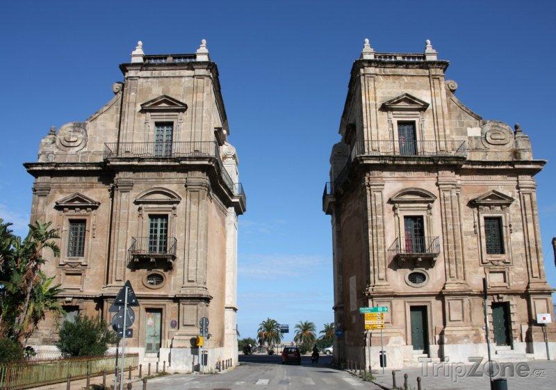 Fotka, Foto Brána Porta Felice v historické čtvrti Kalsa (Palermo, Itálie)
