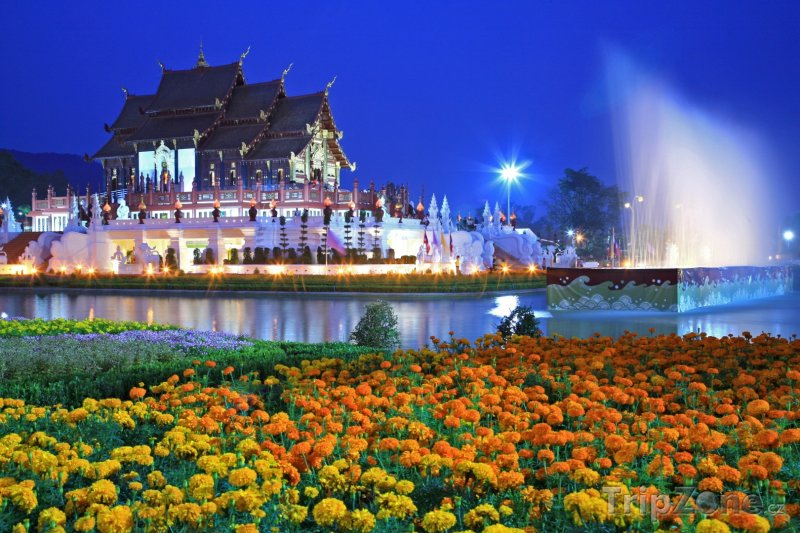 Fotka, Foto Chrám Royal Flora Ratchaphruek v noci (Chiang Mai, Thajsko)