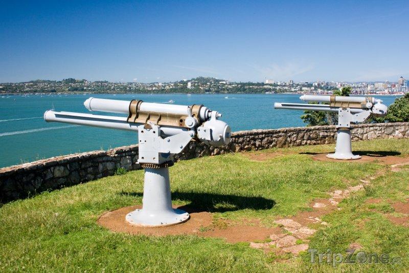 Fotka, Foto Devonport, staré kanony naproti přístavu (Auckland, Nový Zéland)