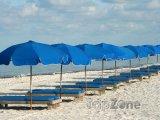 Lehátka a slunečníky na pláži
