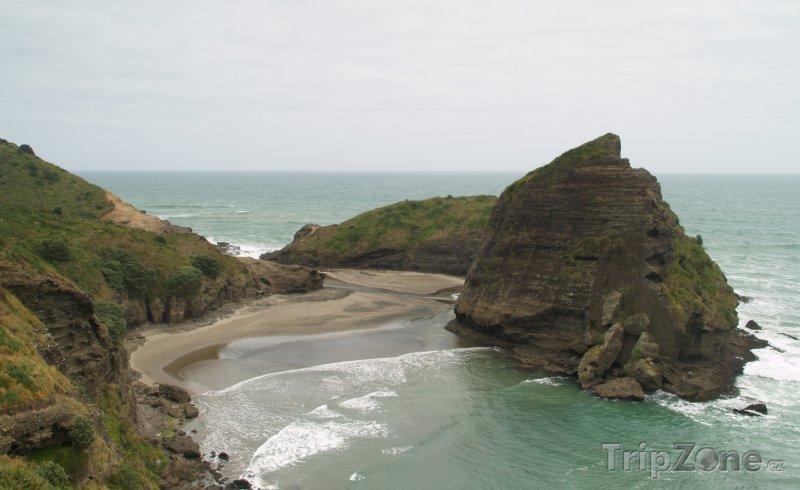 Fotka, Foto Lion Rock u Piha Beach (Auckland, Nový Zéland)