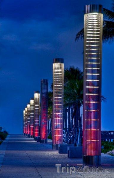 Fotka, Foto Lucerny osvětlující cestu na pláž v noci v South Pointe Parku (Miami, USA)