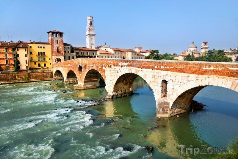 Fotka, Foto Most Svatého Petra přes řeku Adige (Verona, Itálie)