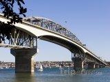 Most v přístavu