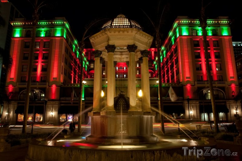 Fotka, Foto Osvětlené domy a fontána v části Gaslamp Quarter (San Diego, USA)