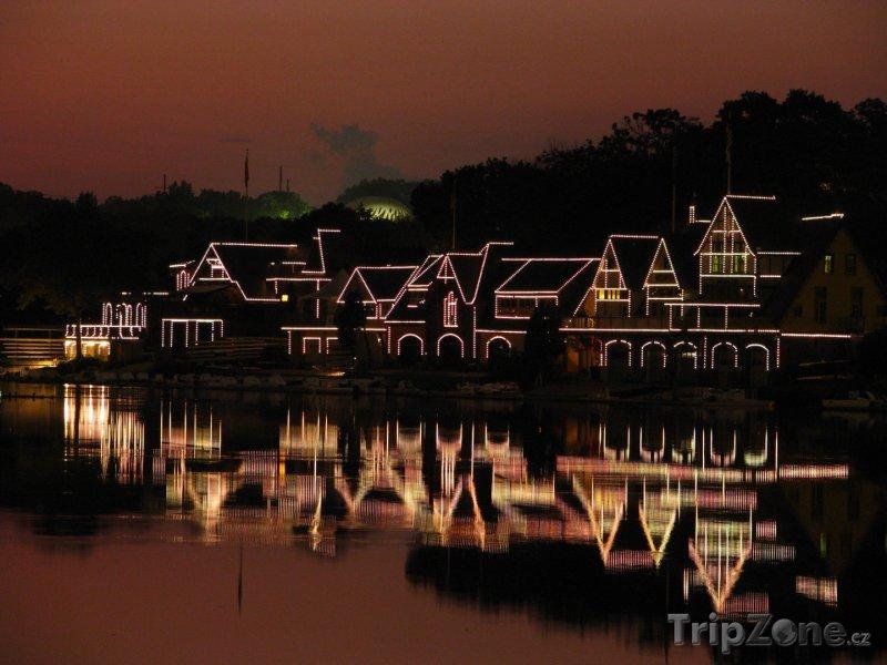 Fotka, Foto Osvětlené domy v historické části Boathouse Row (Filadelfie, USA)