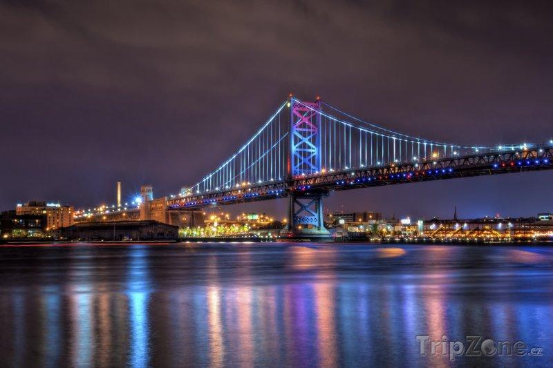 Fotka, Foto Osvětlený Benjamin Franklin Bridge (Filadelfie, USA)