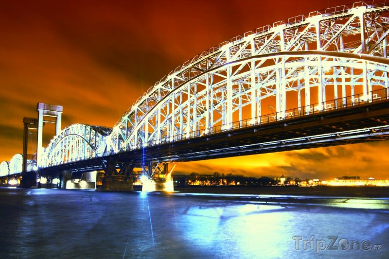 Fotka, Foto Osvětlený most přes řeku Něvu (Petrohrad, Rusko)