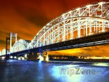 Osvětlený most přes řeku Něvu