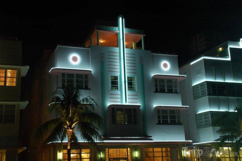 Fotka, Foto Pohled na bíle podsvícenou budovu - Art Deco (Miami, USA)