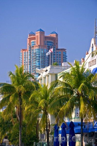 Fotka, Foto Pohled na vysokou budovu ve městě South Beach (Miami, USA)