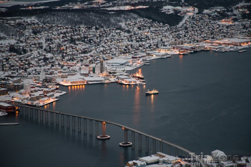 Fotka, Foto Pohled na zasněžené Tromso (Norsko)