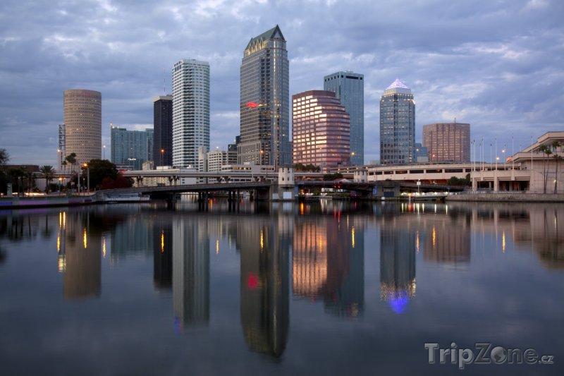 Fotka, Foto Řeka Hillsborough v obchodním centru města (Tampa, USA)