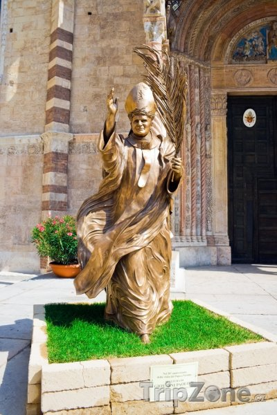 Fotka, Foto Socha Papeže před katedrálou Duomo di Verona (Verona, Itálie)