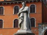Socha slavného básníka Dante Alighieriho
