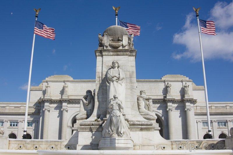 Fotka, Foto Sochy před Union Station (Washington D.C., USA)