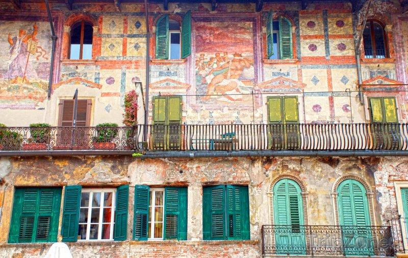 Fotka, Foto Středověká fasáda domů na Piazza delle Erbe (Verona, Itálie)