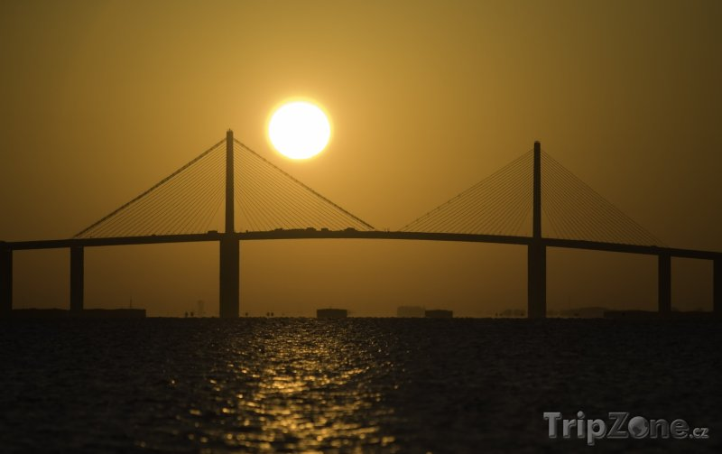 Fotka, Foto Sunshine Skyway Bridge v západu slunce (Tampa, USA)