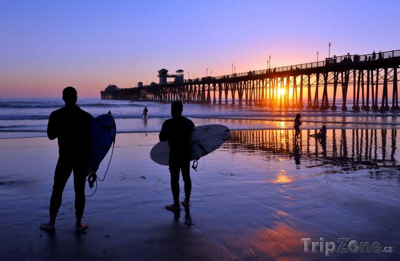 Fotka, Foto Surfaři u mola na pobřeží La Jolla (San Diego, USA)