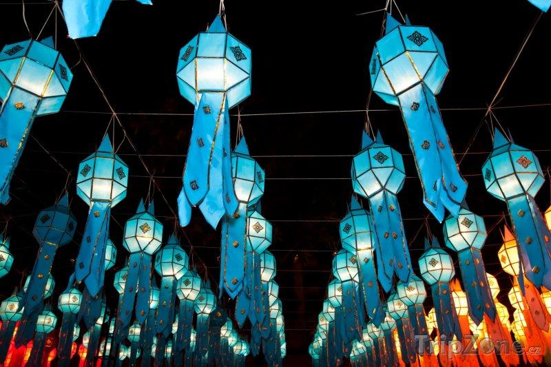 Fotka, Foto Tradiční thajské lampy v ulicích města (Chiang Mai, Thajsko)