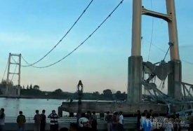 Z mostu Mahakam II. zbyly jen dva pilíře