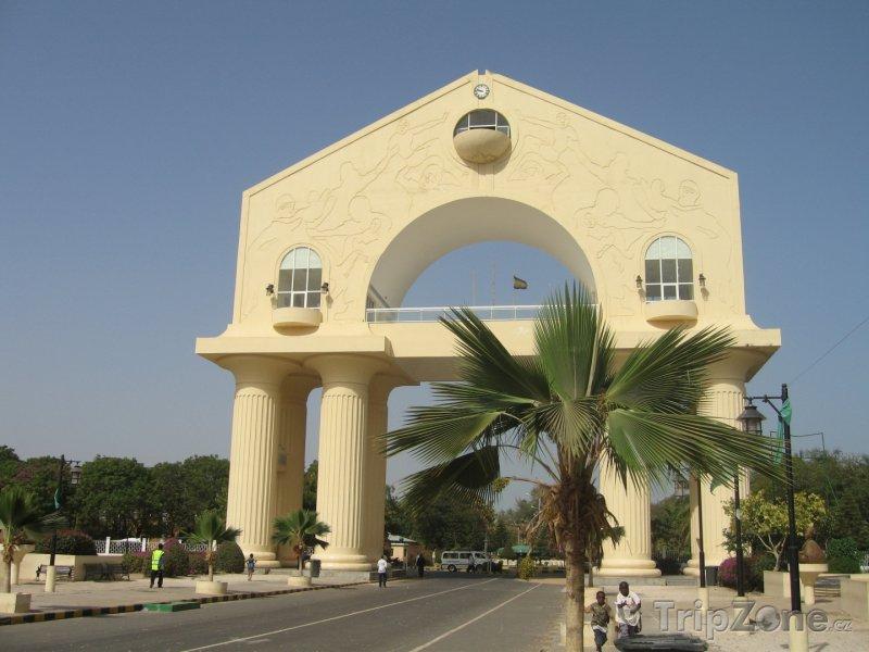 Fotka, Foto Banjul, vstupní brána Arch 22