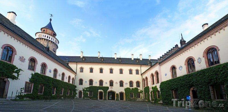 Fotka, Foto Nádvoří zámku Sychrov (Česká republika)