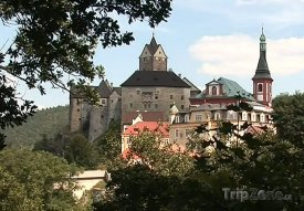 Od Karlových Varů je hrad Loket vzdálen asi 12 kilometrů