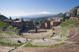 Pohled na Etnu z amfiteátru ve městě Taormina