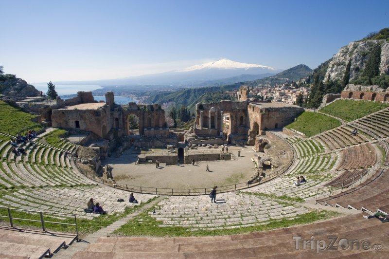Fotka, Foto Pohled na Etnu z amfiteátru ve městě Taormina (Itálie)