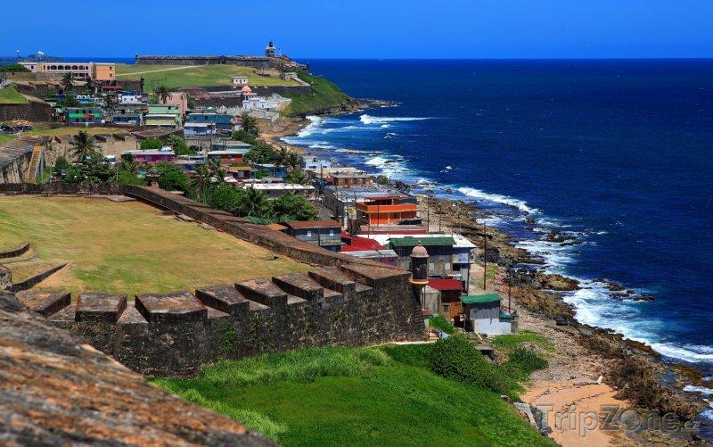 Fotka, Foto San Juan, pohled na pobřeží z opevnění La Perla (Portoriko)