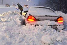Sněžení způsobuje největší potíže na silnicích