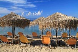 Tigaki, slunečníky na pláži